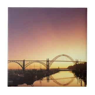 Sun-Einstellung hinter der Newport-Brücke, Oregon Fliese
