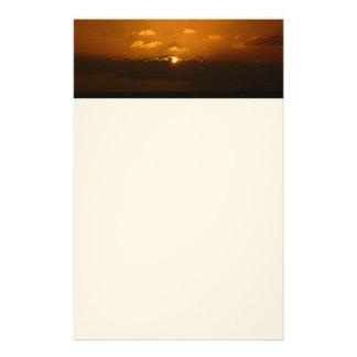 Sun hinter Orangen-Meerblick der Wolken-I Briefpapier