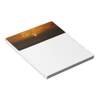 Sun hinter Orangen-Meerblick der Wolken-I Notizblock