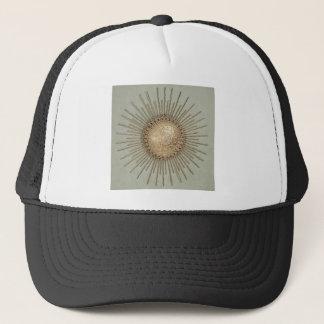 SUN-METAL MIT FILIGRAN GESCHMÜCKTE WAND-SKULPTUR TRUCKERKAPPE