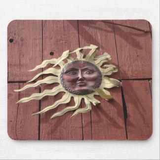 Sun stellen auf roter Scheune gegenüber Mauspad