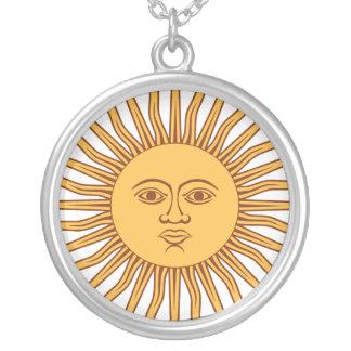 Sun stellen mit Strahlen auf Weiß gegenüber Versilberte Kette