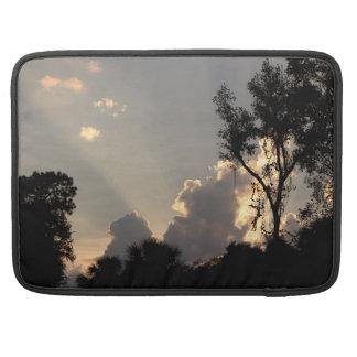 Sun-Strahlen am Sonnenuntergang MacBook Pro Sleeve