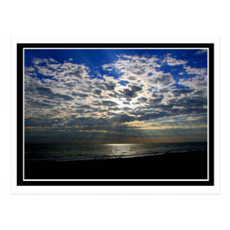 Sun-Strahlen über dem Ozean Postkarte