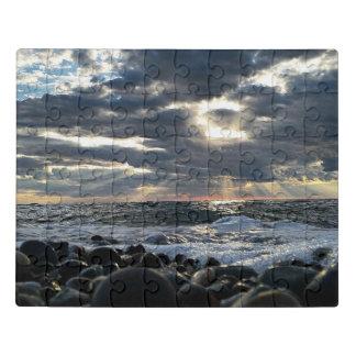 Sunbeams auf einem felsigen Ufer Puzzle