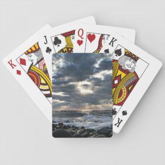 Sunbeams auf einem felsigen Ufer Spielkarten