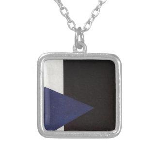 Suprematism mit blauem Dreieck und schwarzem Versilberte Kette