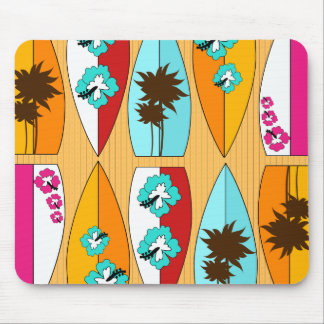 Surfbretter auf dem Promenaden-Sommer-Strand-Thema Mousepad