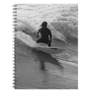 Surfen des WellenGrayscale Notizblock