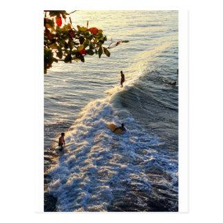 Surfen in Paradies Postkarte