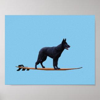 Surfender Hund - schwarzes Schäferhund-Plakat Poster