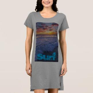 Surfender Strand bewegt am Sonnenuntergang Kleid