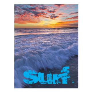 Surfender Strand bewegt am Sonnenuntergang Postkarte