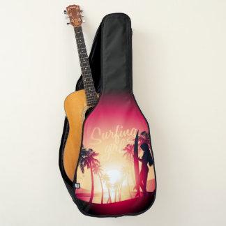 Surfendes Mädchen am Sonnenaufgang Gitarrentasche