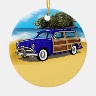 Surfendes Woodie mit Weihnachtsbaum Rundes Keramik Ornament
