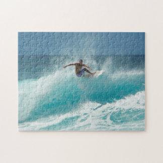 Surfer auf einem Puzzlen der großen Welle Puzzle