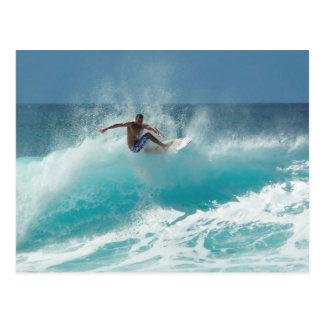 Surfer auf einer großen Wellenpostkarte Postkarte