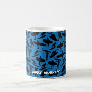 Surfer-Collage im Schwarzen auf dunkelblauem Kaffeetasse
