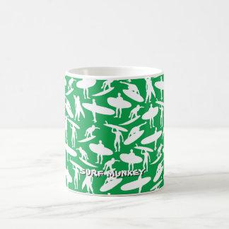 Surfer-Collage im Weiß auf grünem Hintergrund Kaffeetasse