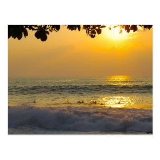 Surfer in den Sonnenschein-Reflexionen am Postkarten