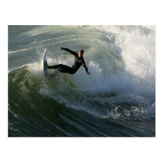 Surfer in einer Wetsuit-Postkarte Postkarte