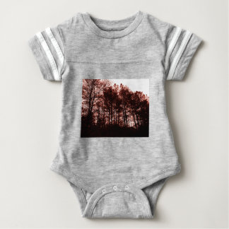 Surrealer hochroter Wald Baby Strampler