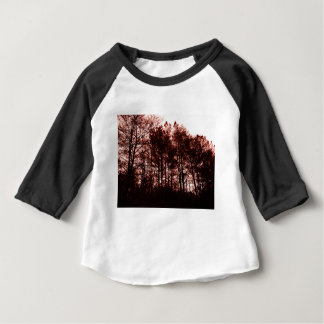 Surrealer hochroter Wald Baby T-shirt