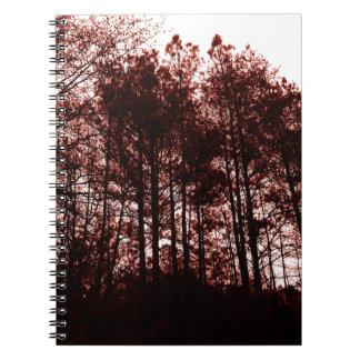 Surrealer hochroter Wald Spiral Notizblock