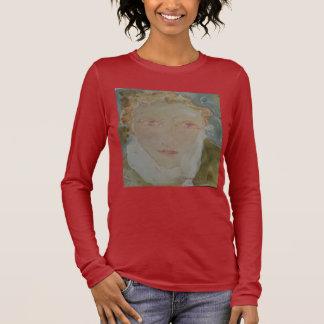 Süße Frau mit dem roten Haar auf Brown Langarm T-Shirt