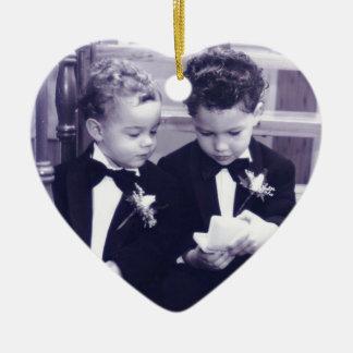 Süße kleine Bräutigame im Anzugslesebuchstaben Keramik Herz-Ornament