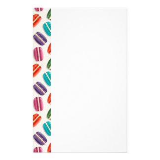 Süße Macaron Plätzchen und Tupfen-Muster Briefpapier