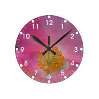 Süße rosa Mohnblume Runde Wanduhr