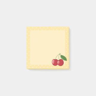 Süße rote Kirschen auf Gelb Post-it Klebezettel