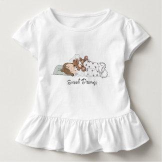 Süße Träume; Kleines Mädchen, das mit ihrem Bären Kleinkind T-shirt