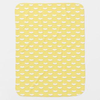Süße wenig Herzen auf gelbem Pastellhintergrund Kinderwagendecke