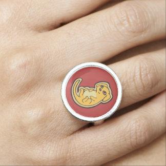 Süßer gelber und roter Welpen-Hund, der Entwurf Foto Ringe