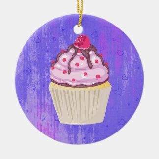 Süßer kleiner Kuchen mit Himbeere auf die Keramik Ornament