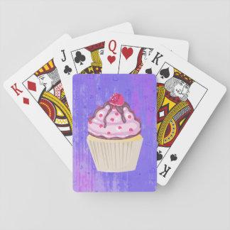Süßer kleiner Kuchen mit Himbeere auf die Spielkarten