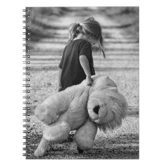 Süßes kleines Mädchen und Teddybär Notizblock