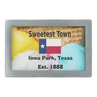"""""""Süßeste Stadt"""" Entwurf für Iowa-Park, Texas Rechteckige Gürtelschnalle"""