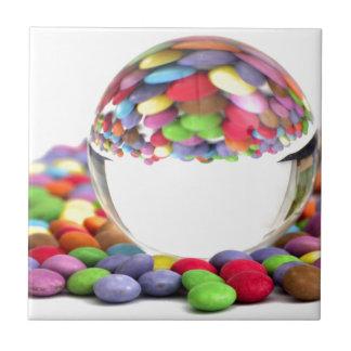 Süßigkeiten mit einem Glasball Kleine Quadratische Fliese