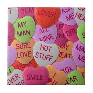 Süßigkeits-Herzen mit süßen Redewendungen Kleine Quadratische Fliese