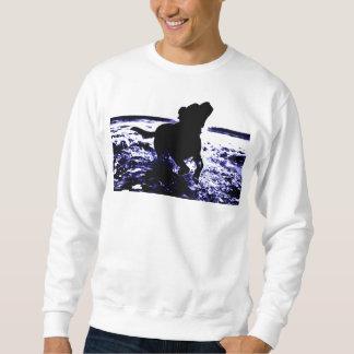 Sweatshirtschwarz-Labrador der Männer, der im Sweatshirt