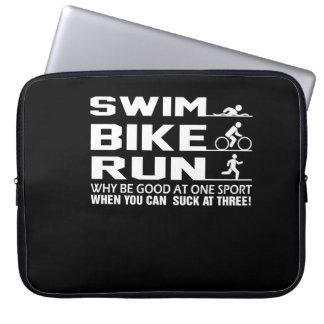 Swim-Fahrrad-Lauf kann am Triathlon-Shirt sind zum Laptopschutzhülle