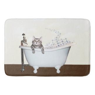 Tabby-Miezekatze in der Badewanne Badematte