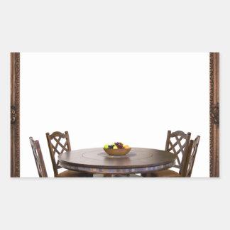 Tabelle mit Stühlen in einem Rahmenentwurf Rechteckiger Aufkleber
