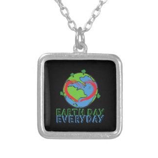 Tag der Erde: Behalten Sie Mutter-Natur-Grün u. Versilberte Kette