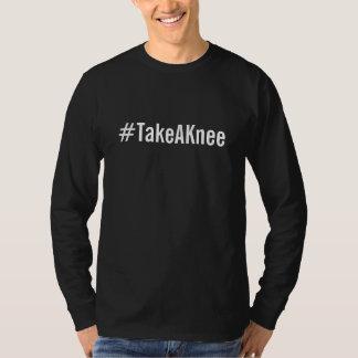 #TakeAKnee, mutiger weißer Text auf Schwarzem T-Shirt