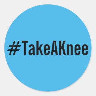 #TakeAKnee, schwarzer Text auf hellen blauen Runder Aufkleber