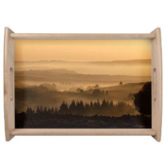 Tal in der schönen Landschaft des Nebels Tablett